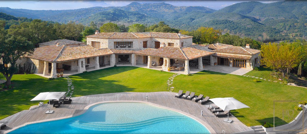 For super rich ultra luxury real estate properties homes, most expensive houses, buy unique penthouse apartment and ultimate villa in Fréjus France for sale French riviera