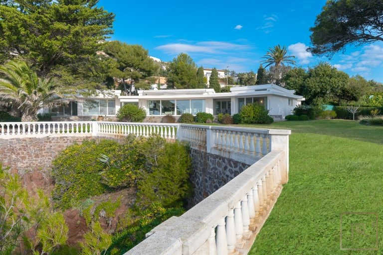 For super rich ultra luxury Villa Anthéor France for sale French riviera
